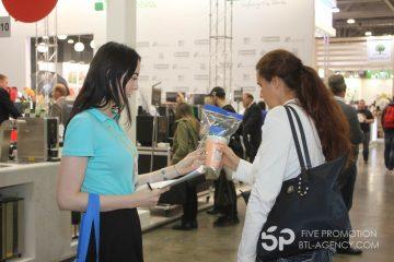 выставка, раздача листовок промо модели, семплинг