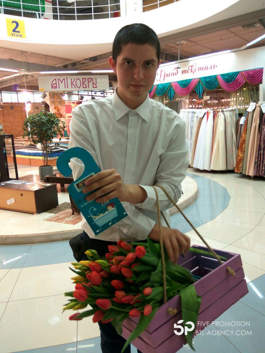 Промо акция, промоутер, 8 марта, раздача цветов
